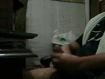 llama a la mucama y le tira la leche